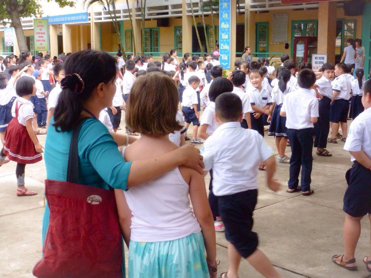 Grâce à notre logeuse, professeur d'anglais, nous nous rendons  à l'école du quartier. D'un côté Suzanne, en face 600 élèves...impressionnant ! Nous assistons à une répétition de danse de toute l'école dans la cour avant que tous ne s'éparpillent comme des moineaux au son du tambour (et oui, ici pas de sonnerie !). On passe devant les classes, la salle informatique (une vingtaine  de postes) et la bibliothèque, c'est presque comme à Equeurdreville en somme...si ce n'est les 600 élèves !