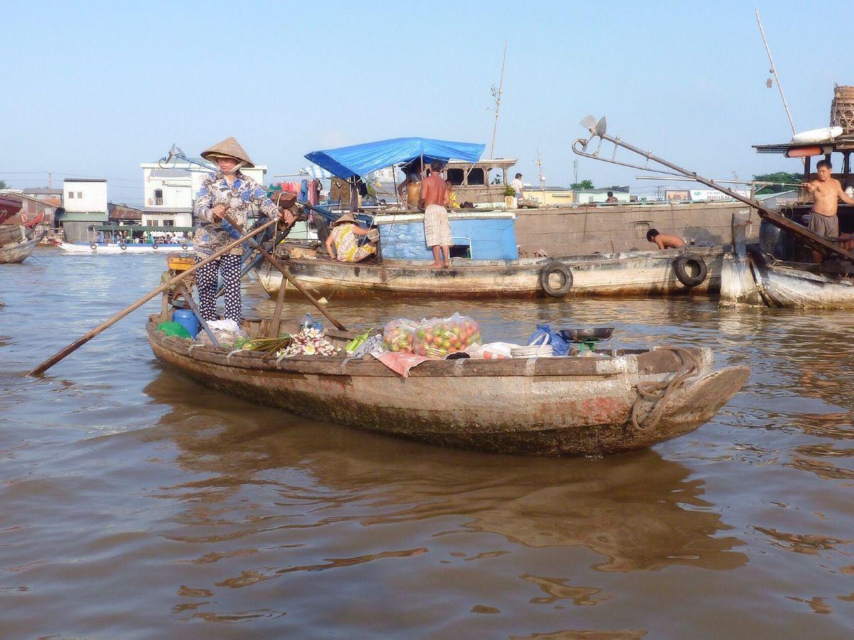 Can Tho est surtout connu pour l'importance de son marché flottant. Chaque bateau indique clairement sa spécialité au bout d'une longue perche : chou-fleur, oignon, carotte et autres pastèques se balancent au dessus de l'eau. Et au milieu de tout ça les petites barques proposent café, soupes, fruits...