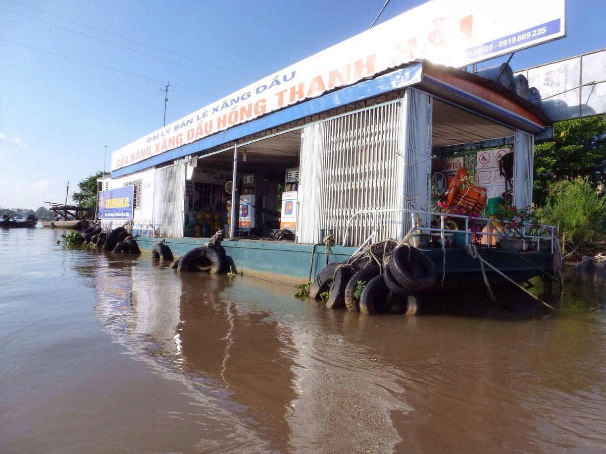 Tour dans l'important village flottant de Chau Doc. De nombreuses habitations sont ainsi installées sur le fleuve et les habitants vivent vraiment avec le fleuve : ils s'y lavent, font leur vaisselle, leur lessive... On trouve aussi de nombreuses fermes piscicoles où sont élevés des poissons-chats ou pangas, nourris avec des croquettes de farines...