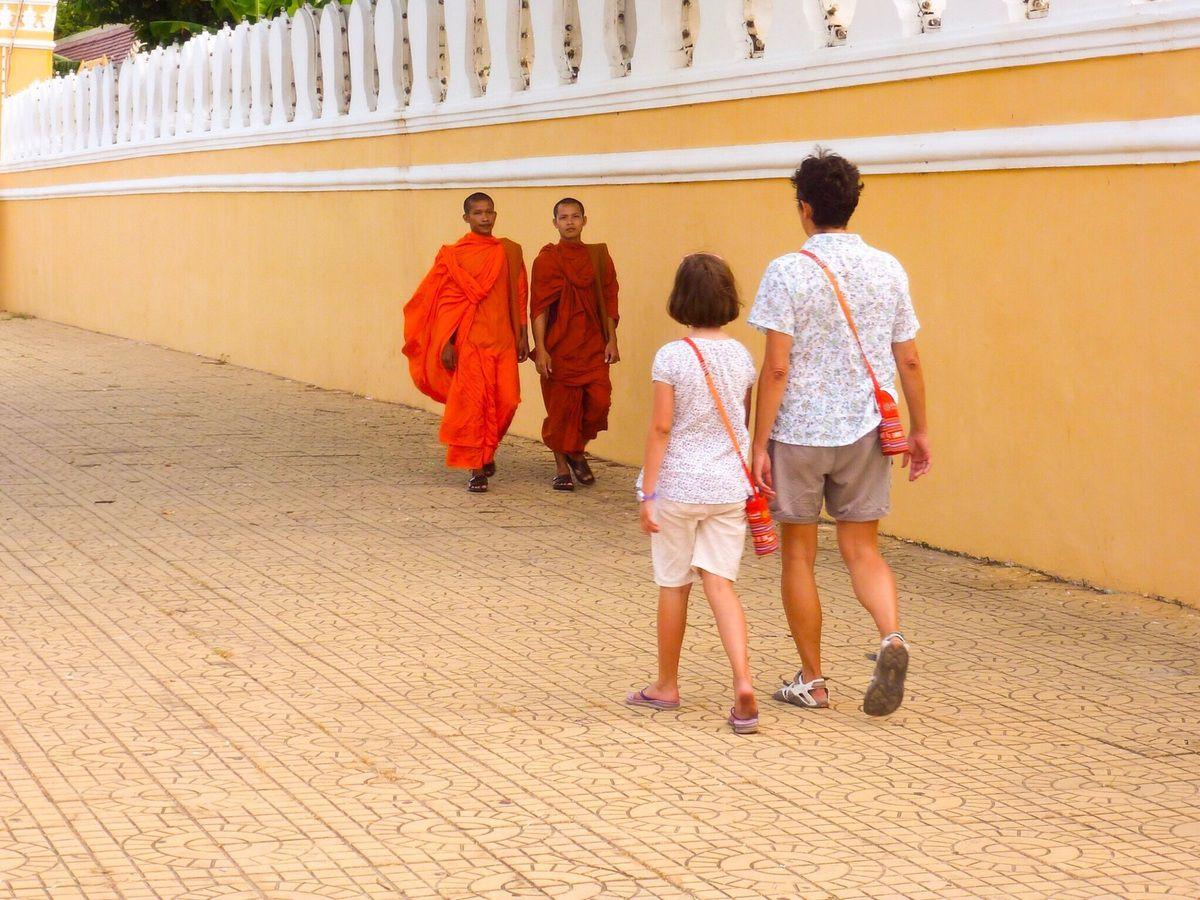 Moines bouddhistes, très nombreux car PP est un centre d'études important.