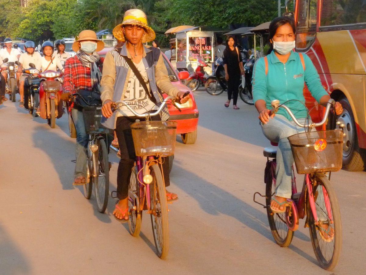 2 roues sinon rien. Moyen de transport le plus développé au Cambodge comme ailleurs en Asie du Sud-Est, ici on peut tout faire en deux roues.