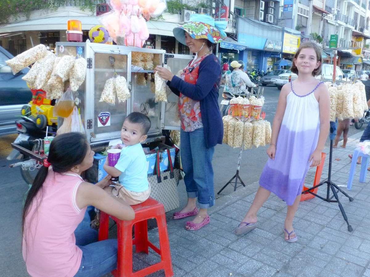 """Phnom Penh c'est : des barbapapas, du pop-corn et du foot-plume. C'est aussi : des squares, de la vie locale (sur le """"riverside"""") et, comme partout en Asie, des scooters et des tuk-tuk. Phnom Penh est la capitale du Cambodge mais elle reste agréable et sympathique.�"""