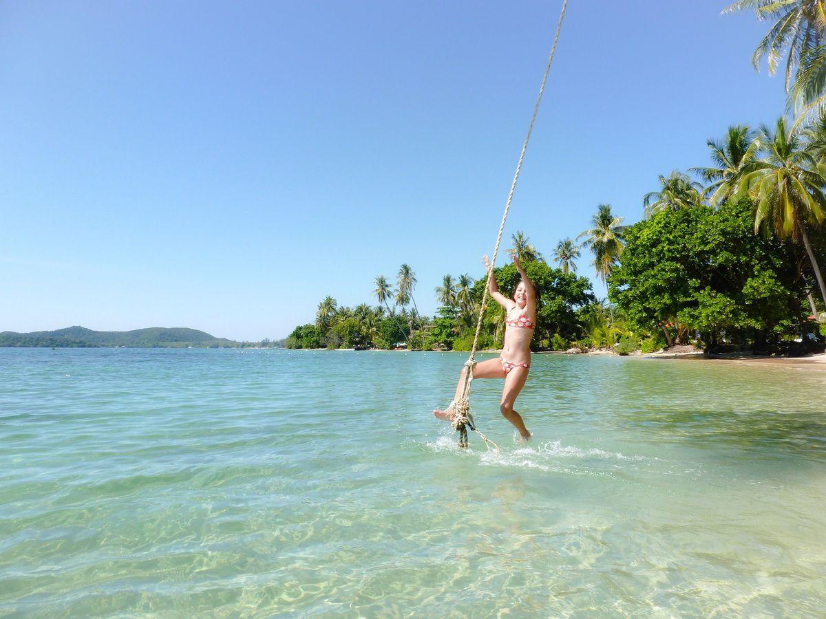 """Ko Chang est une île de Thaïlande grande et très touristique, avec beaucoup de resorts. Ko Mak elle est une petite île ne manquant pas de guesthouse et tout de même plus sympathique que sa voisine. Les plages sont souvent charmantes mais certaines plus que d'autres (celle du """"Lazy day"""" est parfaite).��"""