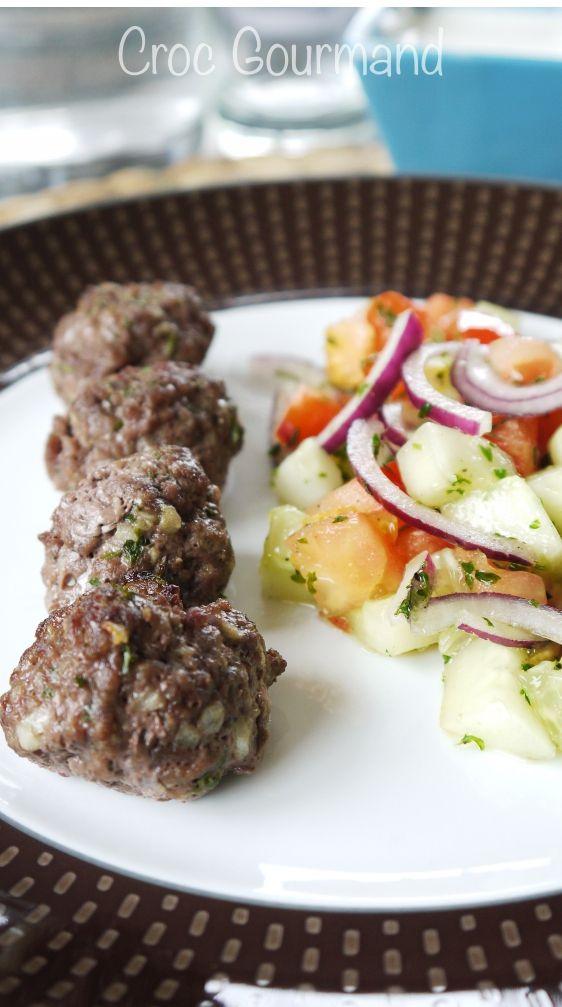 Boulettes de boeuf, salade grecque et sauce au yaourt