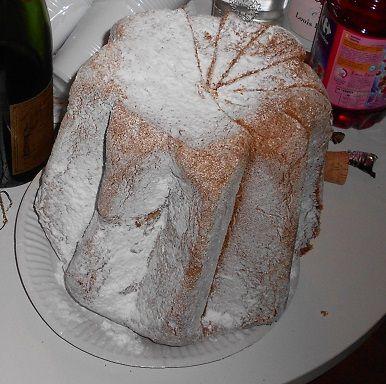 Le pandoro est un gâteau italien qu'on mange à Noël. Avant de le déguster, on le saupoudre de sucre glace.