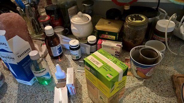 Voici mon plan de travail dans la cuisine pendant la maladie : les aliments se mélangent aux médocs...