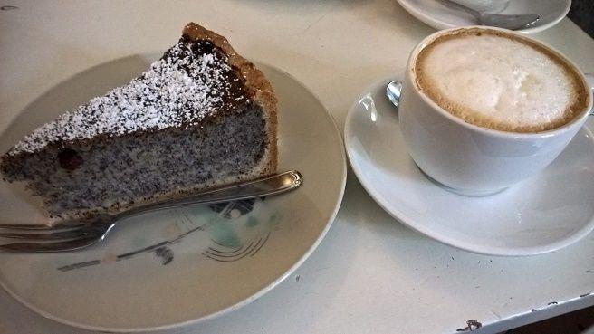Une part de gâteau au pavot (100% vegan) + un cappuccino au soja.