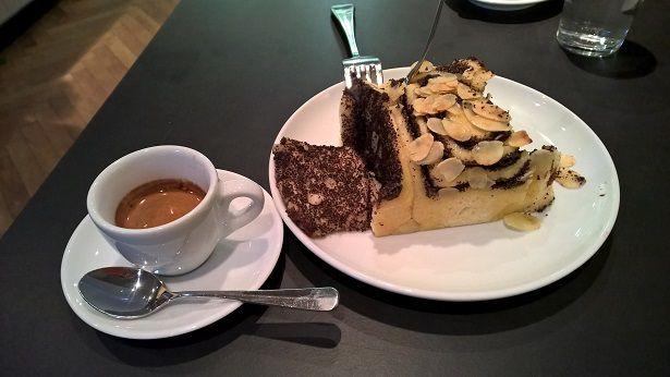 Voici une part de mohnschnecken chez Zeit für Brot (en gros, il y a des moules à cake contenant 5 ou 6 escargots et le vendeur en coupe à chaque fois des parts). C'est pétri sur place et on peut même regarder les boulanger le faire : les enfants sont enchantés !