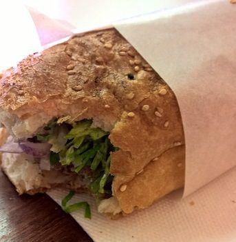 Kofte im Brot... j'adore acheter ce type de sandwich fourré avec des boulettes de viande près de Görlitzer Banhof !