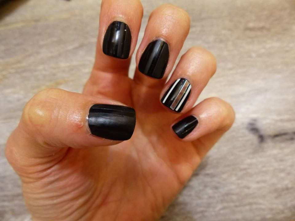 Nail art: Stripes noires mattes