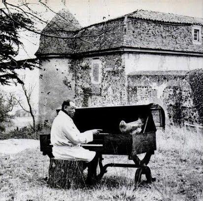 Duke Ellington au pianoforte devant le château de Goutelas