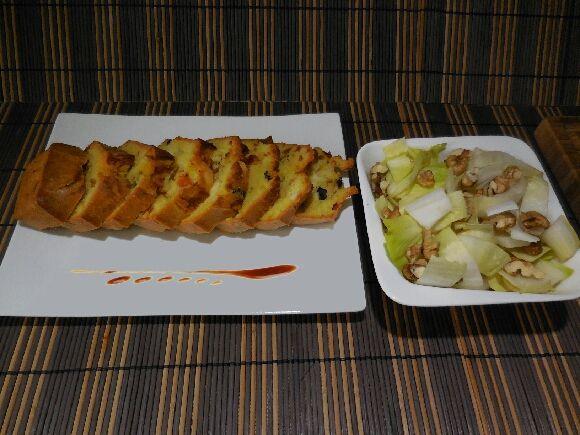 4 - Découper le cake en tranches, le disposer joliment sur une assiette décorée et le servir aussitôt accompagné d'une salade d'endives aux noix et sa petite vinaigrette