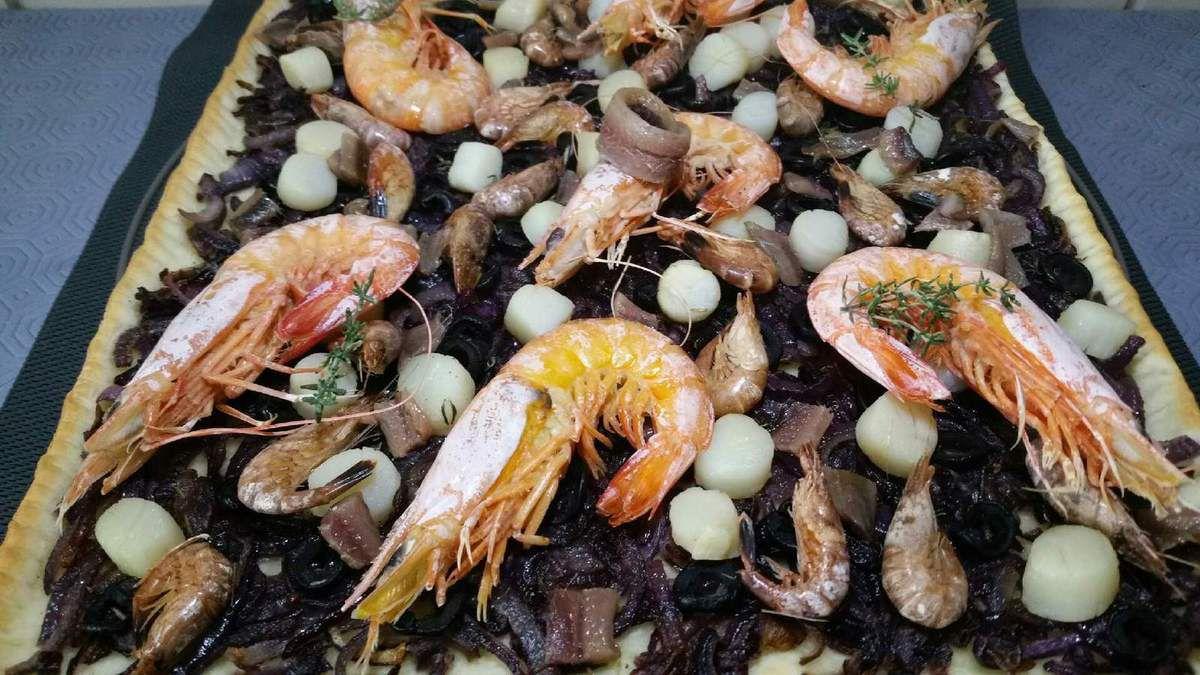 pissaladière de la mer aux oignons rouges