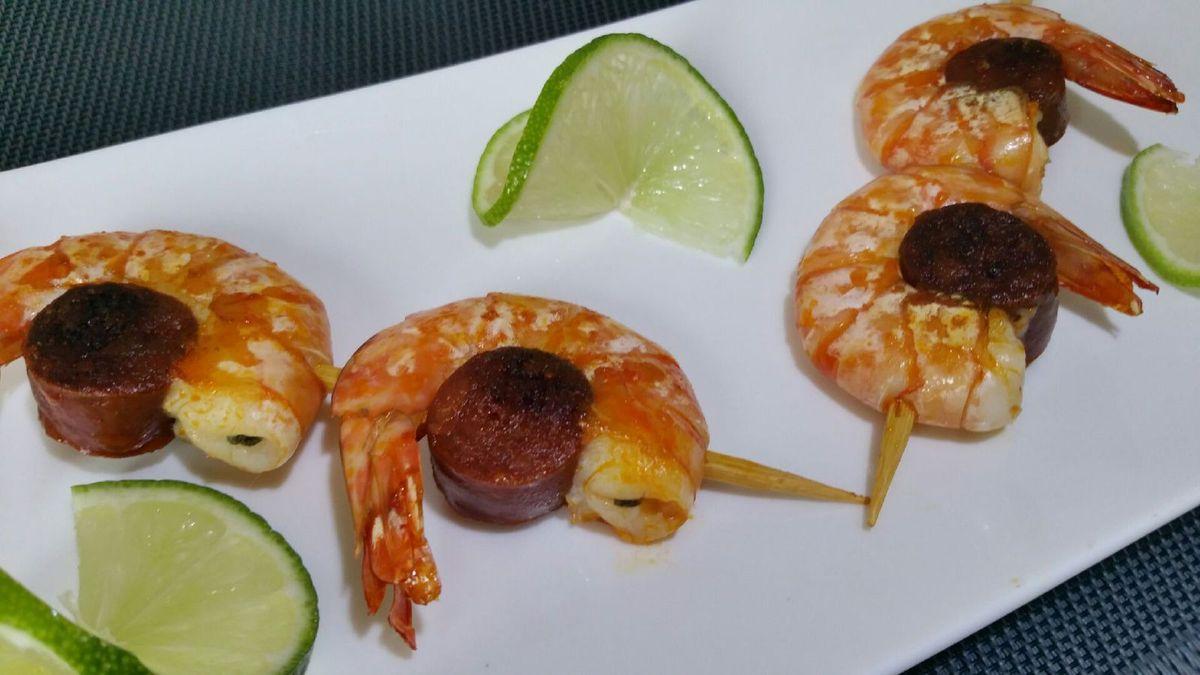 5 - présenter les brochettes sur des assiettes de service avec des rondelles de citron vert en décoration, garnir généreusement les brochettes de sauce aux tomates séchées, saupoudrer de piment d'Espelette et déguster aussitôt.