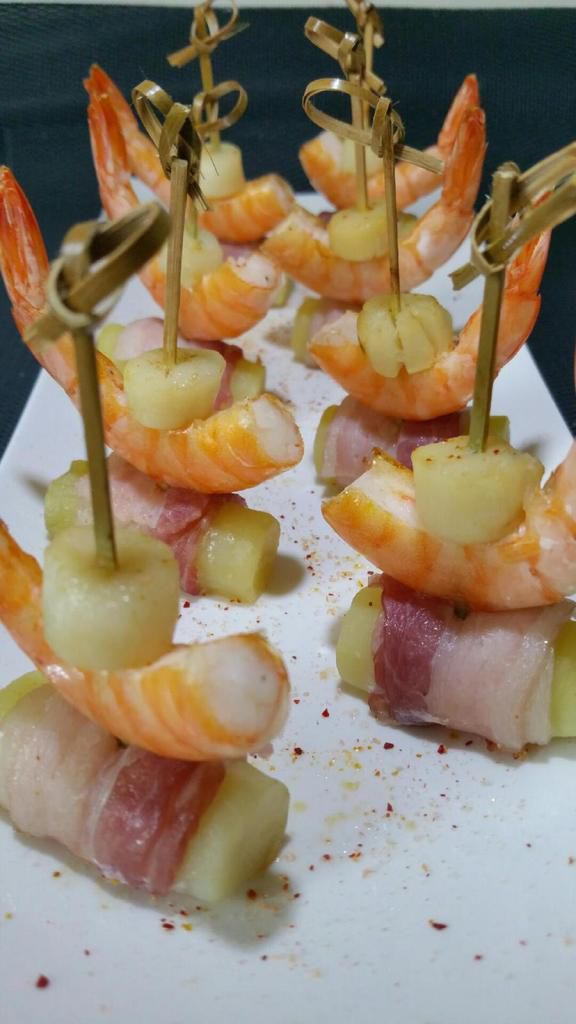 piques de crevettes roses sur tubes de roseval au lard
