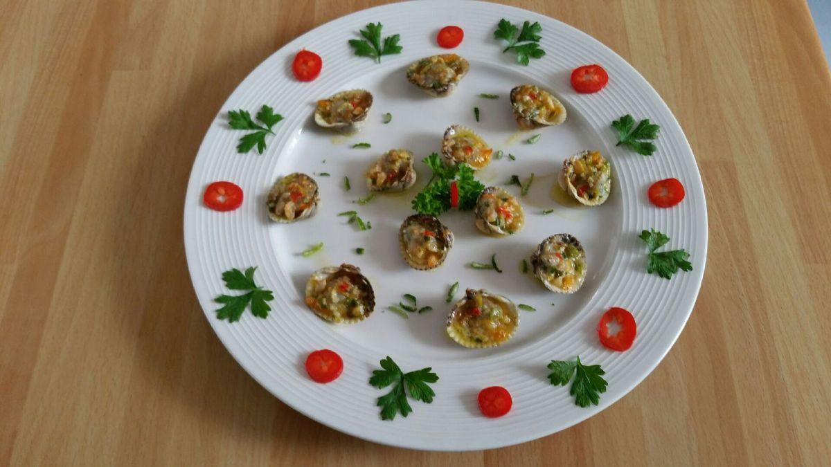 4 - Mettre les coques au four préchauffé sur la position grill, les laisser gratiner 2 à 3 minutes. Les servir aussitôt sur des assiettes joliment décorées, et régaler vos invités !