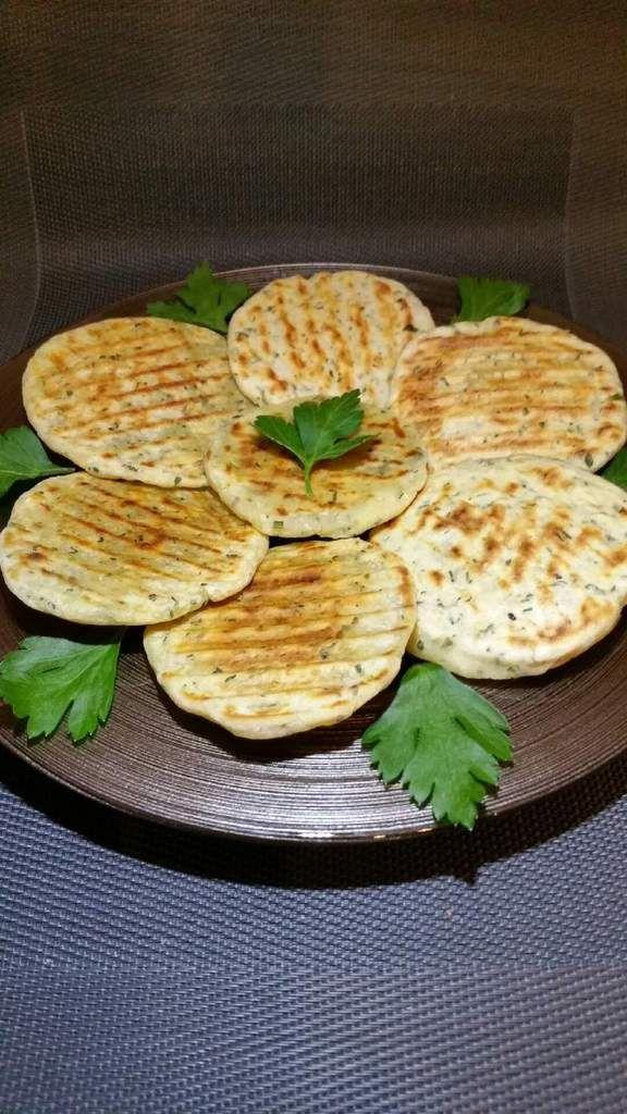 petits pains plats à l'ail et aux herbes (Flat Bread)