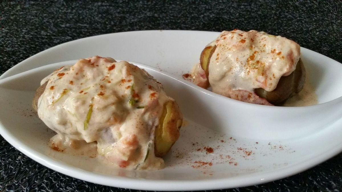 patatas chorrreadas (pommes de terre nappées de sauce crémeuse oignons-tomates-fromage)