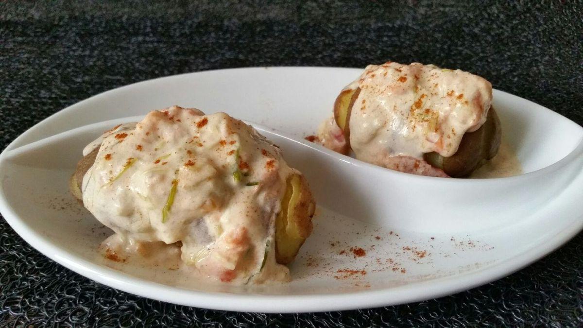 3 - Servir vos pommes de terre bien chaudes en les nappant avec la sauce. Saupoudrer de piment doux ou fort pour une jolie présentation et un goût un peu plus relevé.