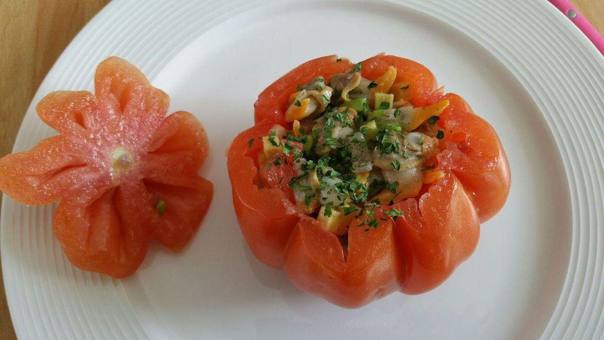 3 - Farcir les tomates de cette préparation et ajouter le persil. Recouvrir les tomates de leur chapeau, décorer de quelques coques avec leurs coquilles, d'un peu de persil et mettre au réfrigérateur avant de déguster.