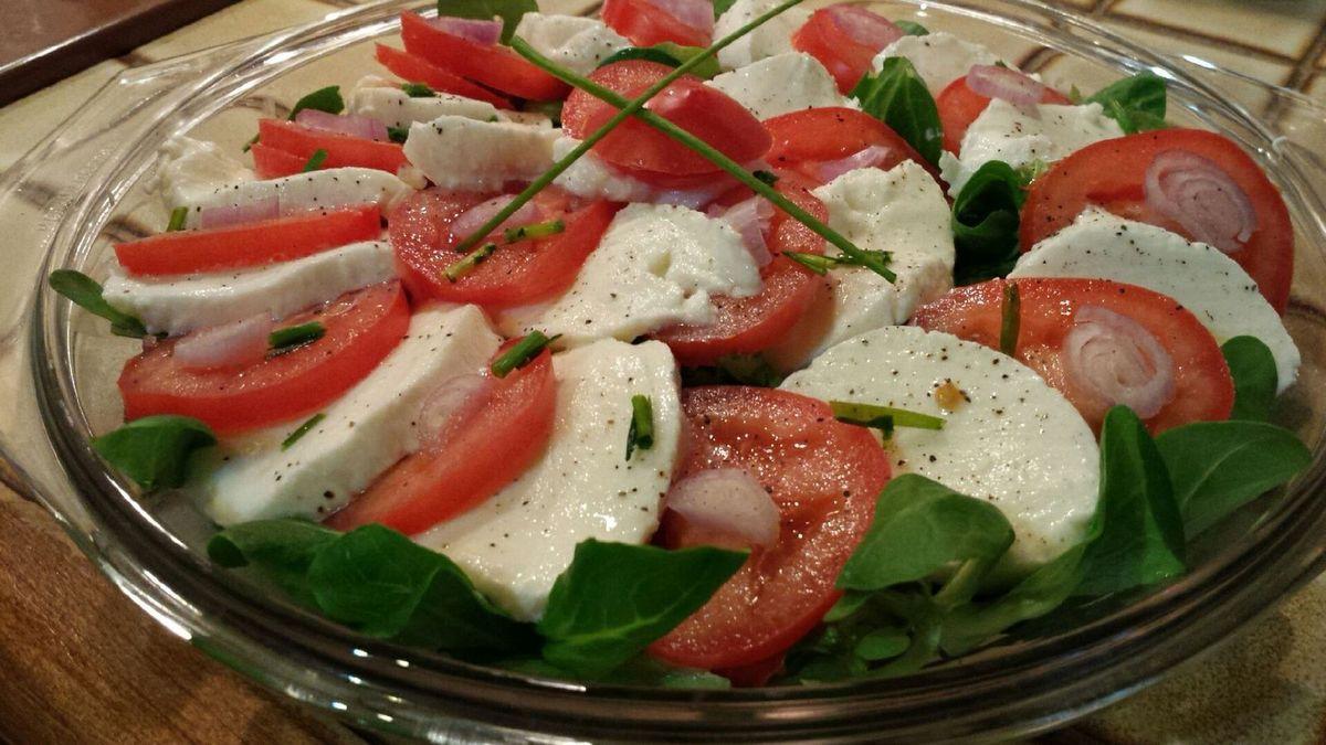 Salade tomate mozzarella m che toc - Decoration de salade sur assiette ...