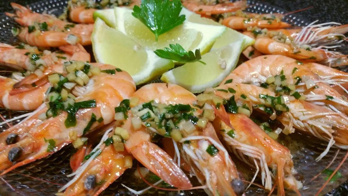 4 -  Servir les gambas de suite bien chaudes recouvertes de la sauce et du mélange herbes-ail-gingembre sur un plateau accompagné de quartiers de citron. Ce plat pourra être accompagné de riz.