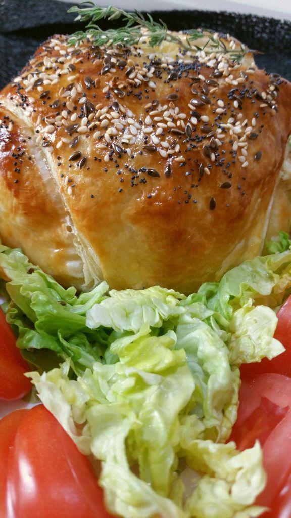 camembert surprise en croûte (lard, oignons, tomates, pommes de terre)