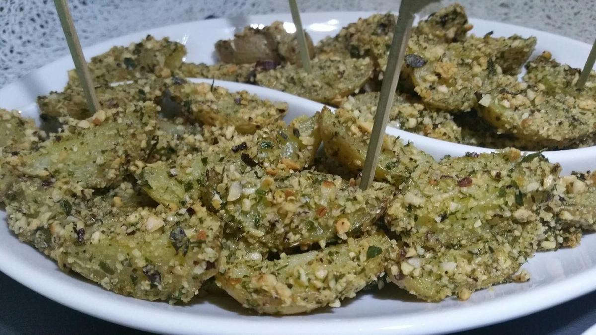 4 - Disposer les pommes de terre dans un joli plat, et servir chaud avec la sauce, en tapas à l'apéritif ou en accompagnement d'un plat principal.