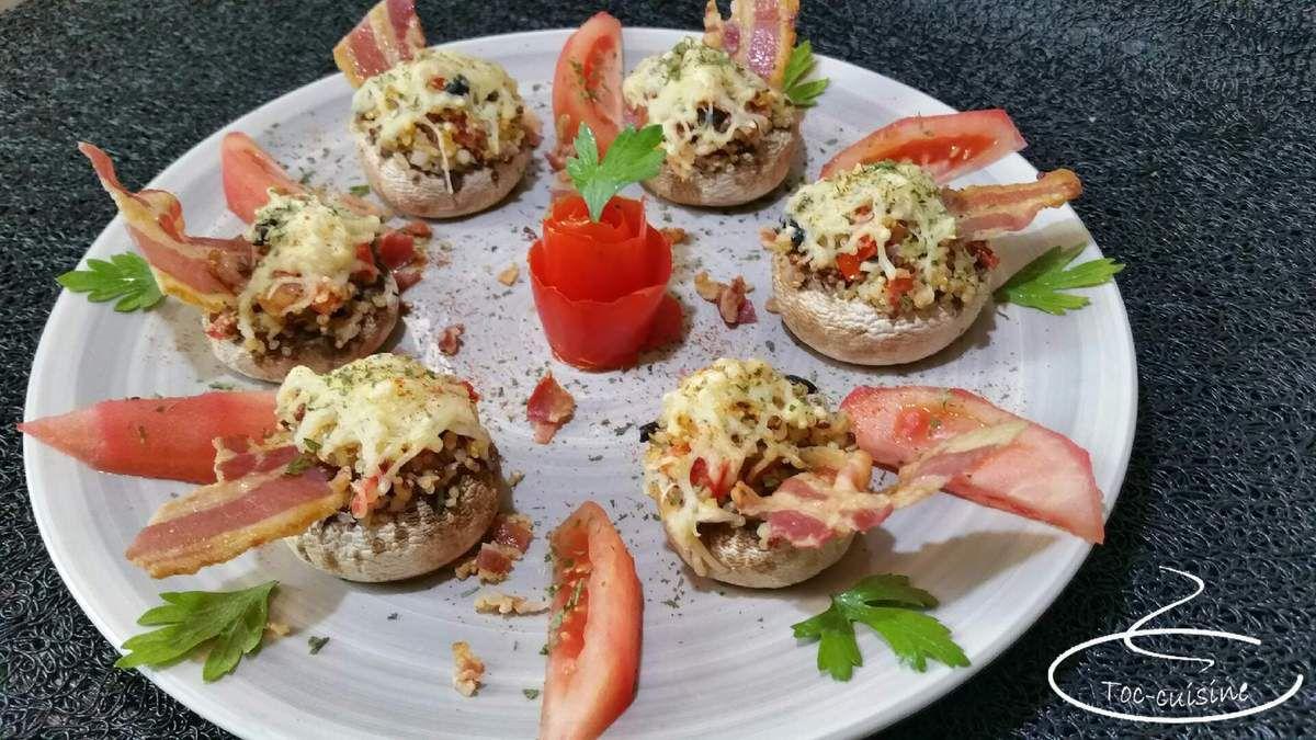 champignons farcis au quinoa, tomate, olives, lard, et chips de lard fumé