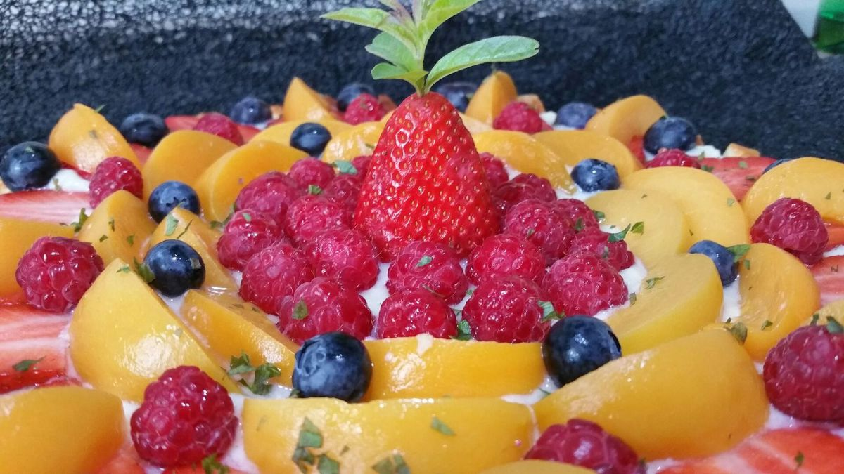 tarte printanière aux fruits rouges et pêches jaunes