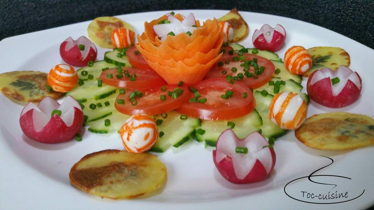 assiette de crudités, surimi et chips de pommes de terre décorées
