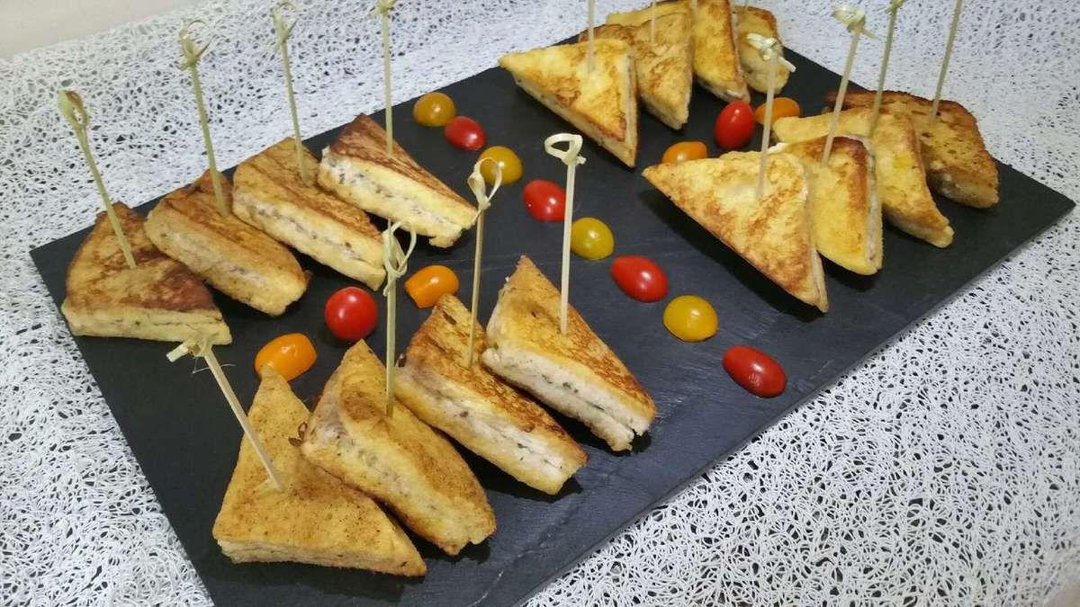3 - Enfoncer de belles piques en bois dans les sandwichs de pain perdu, les disposer joliment sur un plateau et servir chaud dans un buffet, pour un apéritif dînatoire ou en entrée.
