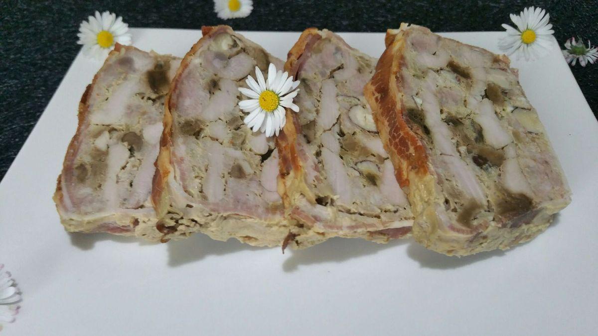 terrine gourmande de filet mignon, échine et lard au vin blanc, cèpes et noisettes