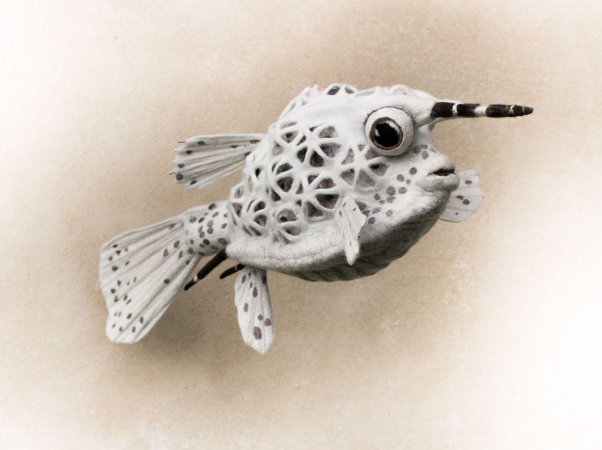 "Detail eines Wandbehanges ""fossils""&#x3B; Skulptur ""boxfish I""&#x3B; Skulptur ""caméléon"""