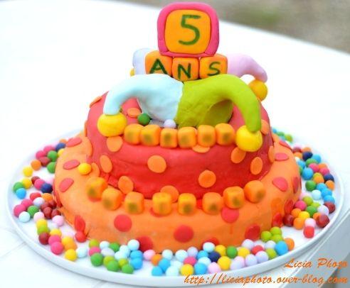 Gâteau en pâte à sucre anniversaire coloré