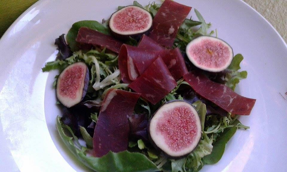 Salade à la figue et à la viande de grison