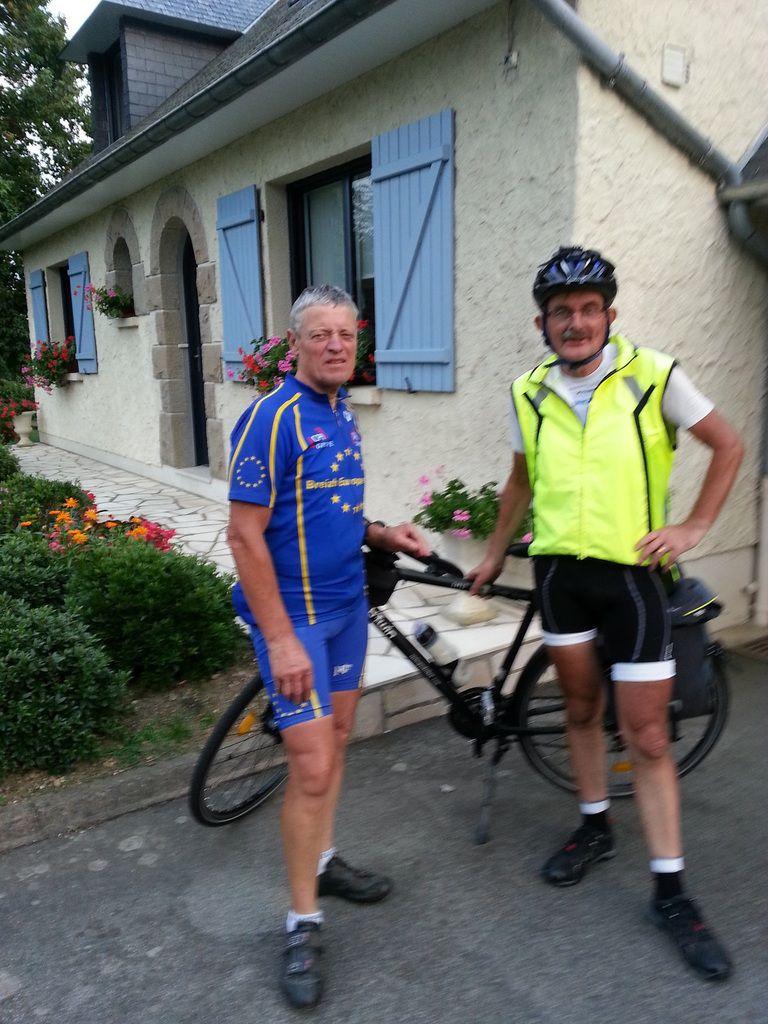 Bernard C..., un voisin, un conscrit, un mordu du vélo depuis des décennies, est venu à ma rencontre entre Chailland et La Baconnière. Nous avons fait les 52 derniers km ensemble (à ma vitesse et non à la sienne). En posant notre vélo à La Roche, nous avons posé pour la photo...