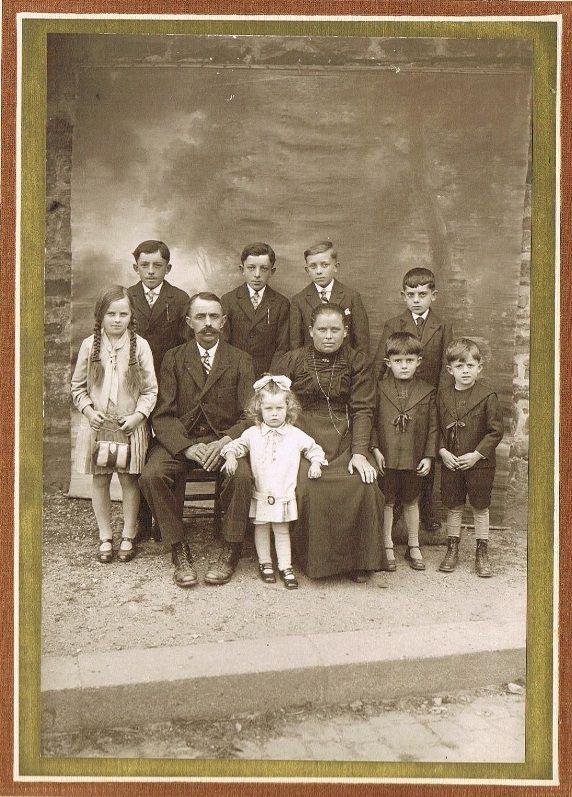 Photo datant de 1930: de gauche à droite: Germaine (1921); Alexis (1914); Germain, le papa (1884); Germain (1914); Yvonne (1927); Adélaïde, la maman (1888); ALPHONSE (1916); André (1923); Arsène (1919); Rémi (1924); (Marcel naîtra en 1931).
