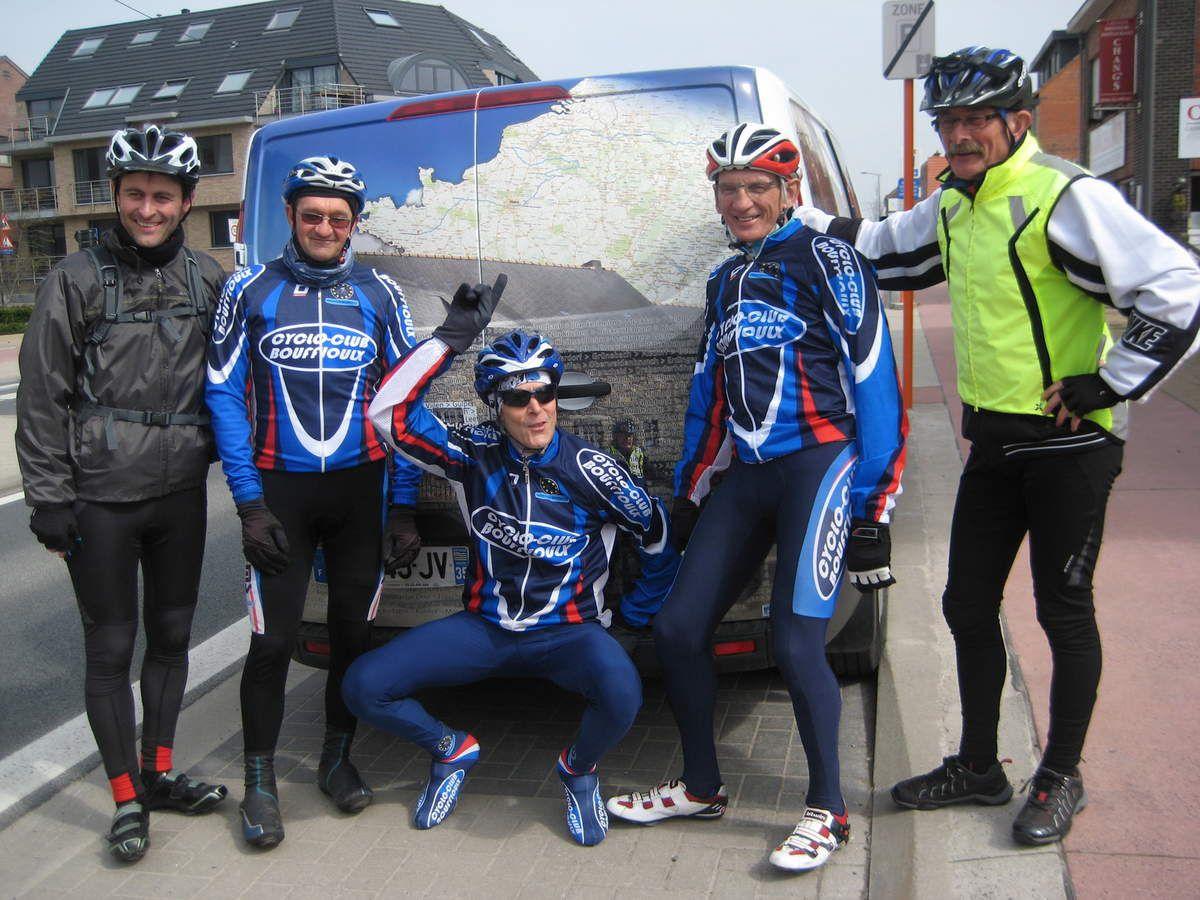 Léon, Alex et Jean-Claude, du cyclo-club Bouffioulx (aux couleurs de Piloute) avec Ludo et Jo