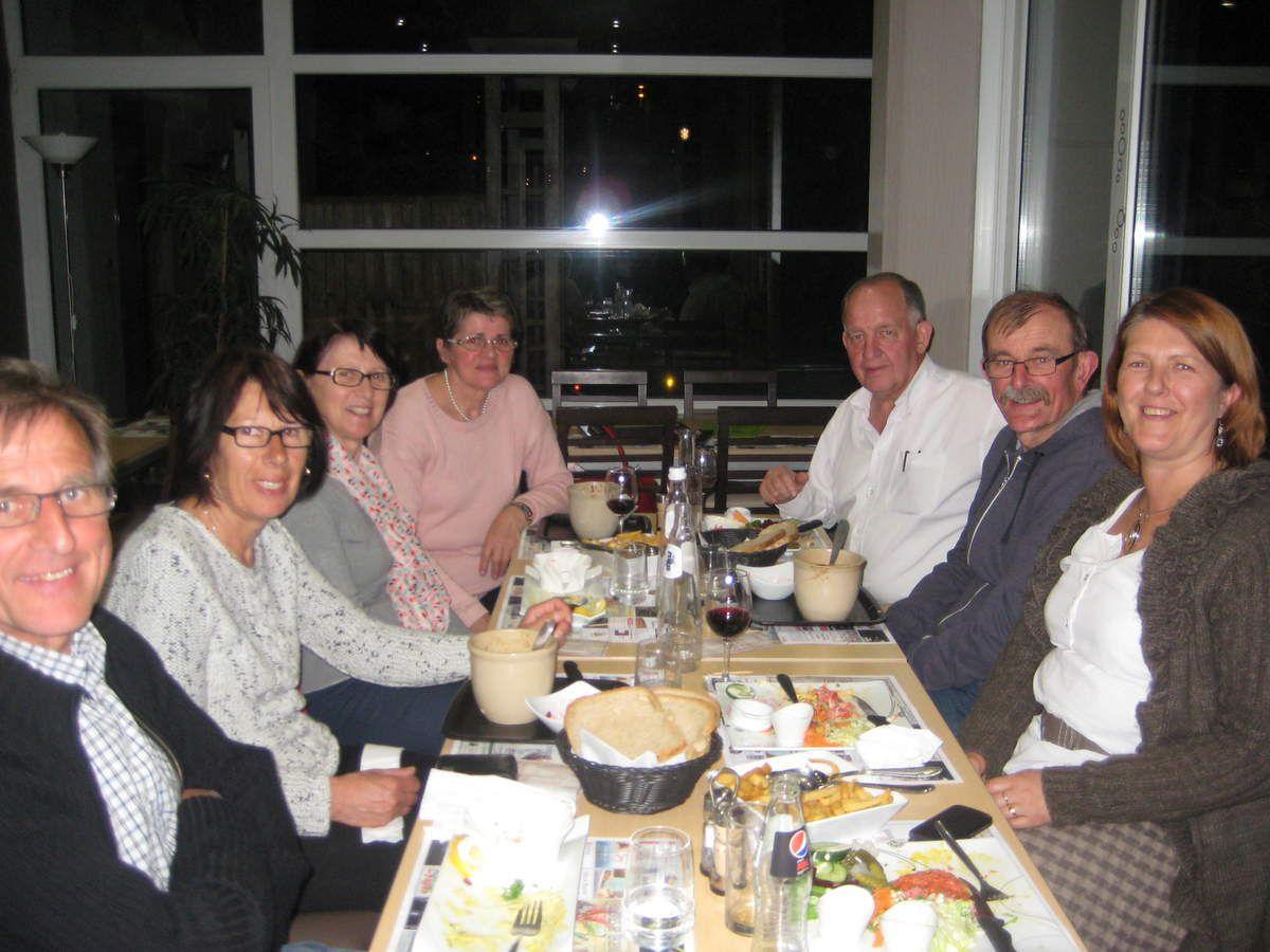 dîner à Couvin (Belgique). Robert, Françoise, Monique Dubois (chez qui nous sommes hébergés), Raymond Douniaux (maire), Jo, Marianne.