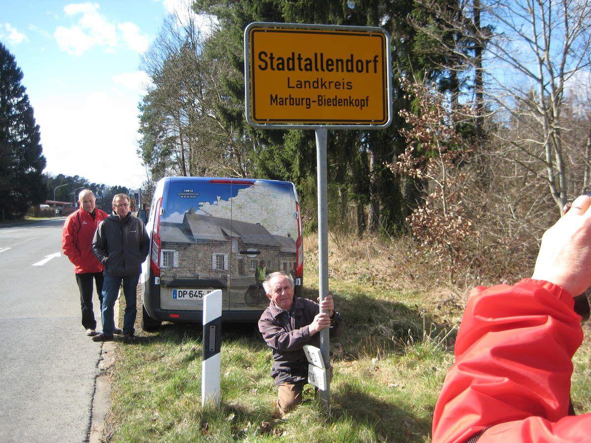 René, Robert et Bernard sur le bord d'une route dont leur père Théo a participé à la construction