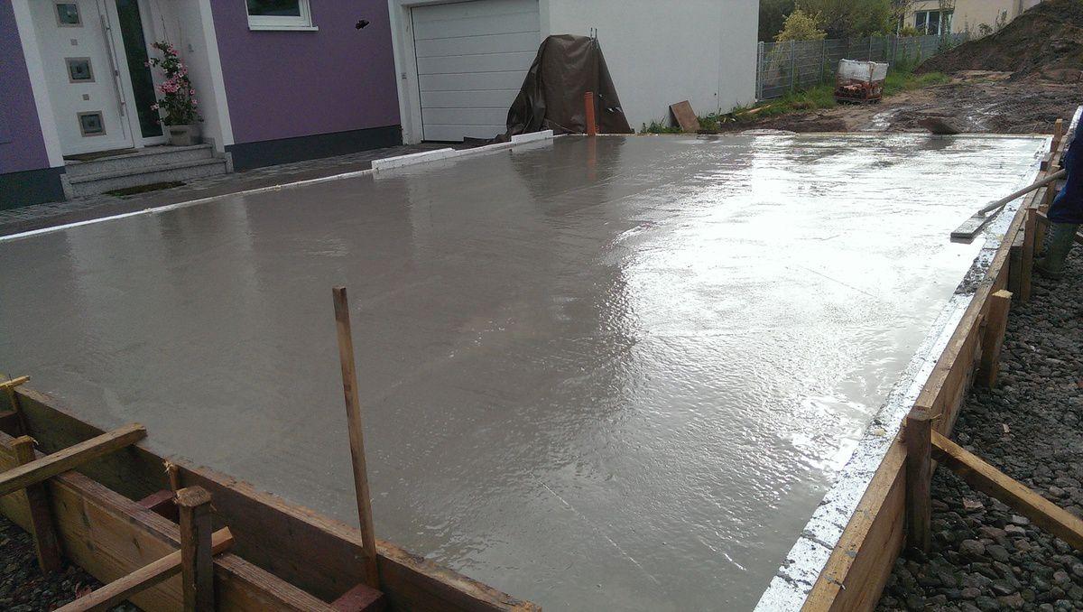 26.08.2014: Heute wurde die Bodenplatte der Garage betoniert...