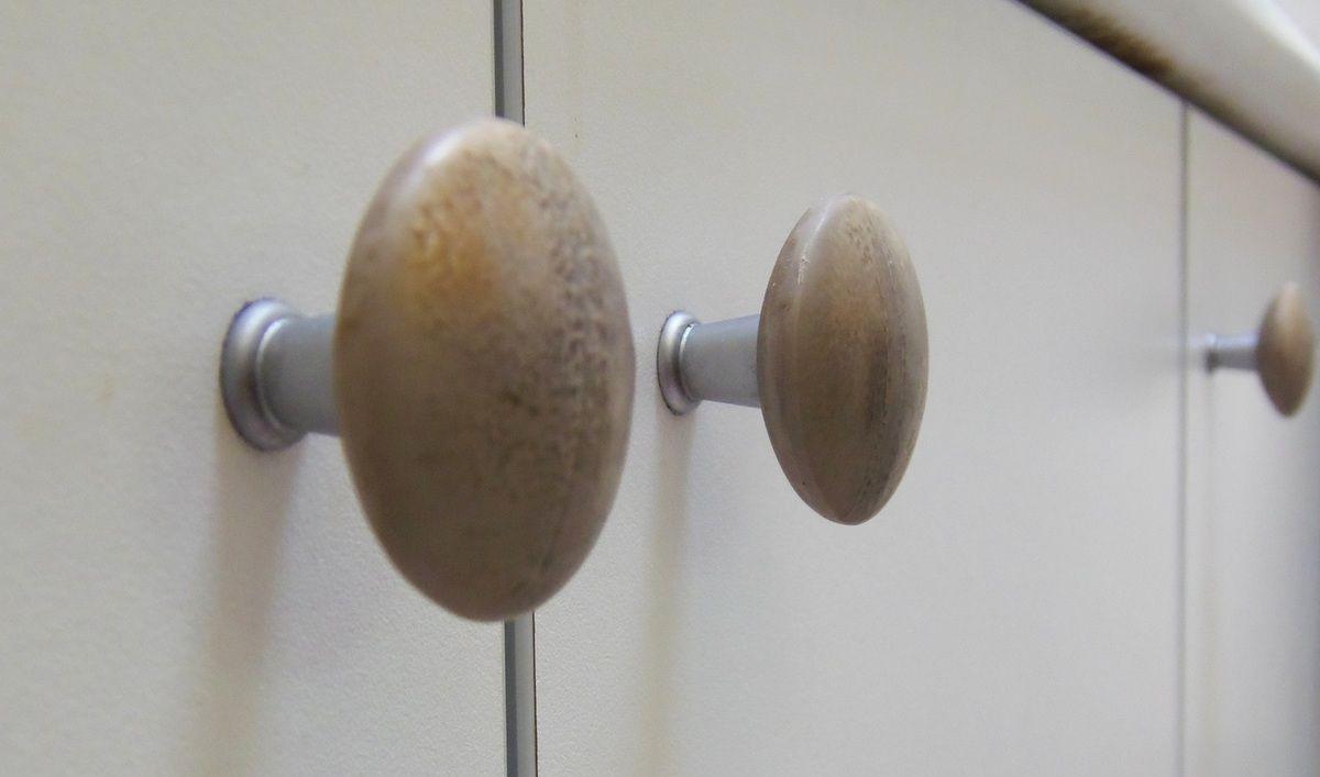 Besoin d'un coup de jeune pour mes boutons de meubles de salle de bain en réfection actuellement. Ils rappellent les carreaux de céramique imitation béton que mon homme a posé.