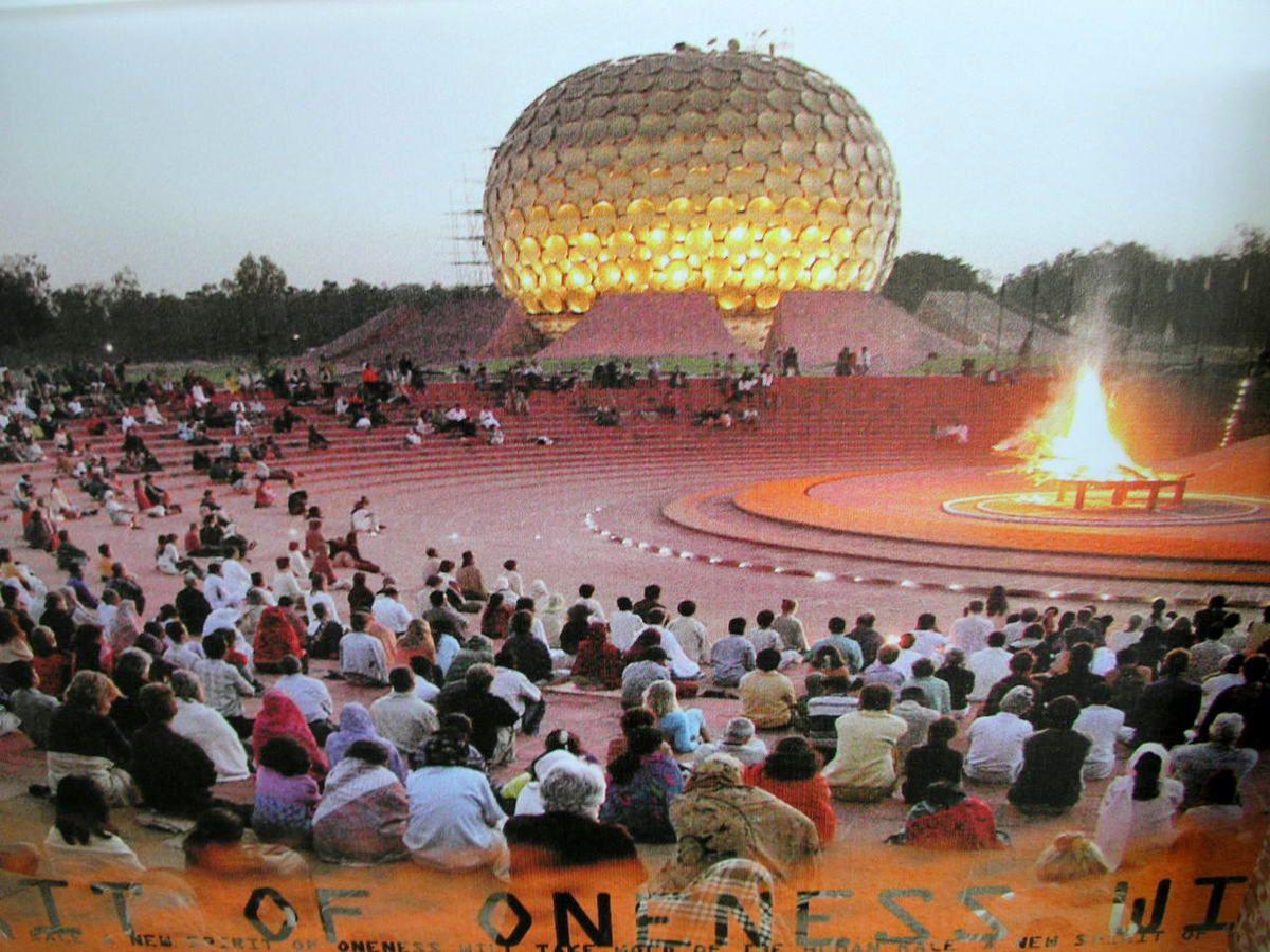 LE MATRIMANDIR, L'ÂME D'AUROVILLE, Contrairement à ce que pensent certains, le Matrimandir n'est pas un temple dédié à la Mère de l'Ashram de Sri Aurobindo et fondatrice d'Auroville mais un lieu consacré à la Mère Universelle, concept ancré dans la tradition hindoue. Pour les Occidentaux, la raison d'un tel édifice est souvent difficile à comprendre. Lorsqu'un essai sur le sujet fut présentée à la Mère, elle remarqua:  En l'Inde, pendant des siècles, la création, c'est-à-dire le travail de la mère créatrice, a été considéré comme anti-divin. Sri Aurobindo a enseigné que c'est dans la matière que le Divin doit être manifesté, il a insisté sur la compréhension de cette notion par Mère créatrice. Le Matrimandir, c'est pour apprendre aux gens que ce n'est pas en se retirant du monde ni en l'ignorant qu'ils réaliseront le Divin durant leur vie. Je ne veux pas qu'on en fasse une religion, de toutes mes forces je refuse, il ne faut pas de dogmes, de principes, de rituels, absolument pas. Les Indiens, pour la grande majorité n'ont pas besoin d'explications&#x3B; ils comprennent à cause de leur culture. Mais seulement un occidental sur un million comprendra qu'un tel bâtiment est nécessaire.  LA MÈRE