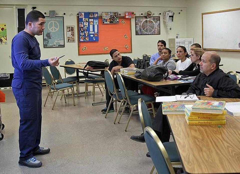 El doctor Renan Amador da clases, en South Miami Senior High, a un grupo de médicos latinoamericanos sobre cómo revalidar sus títulos, como parte de un programa del sistema de escuelas públicas de Miami-Dade. PEDRO PORTAL EL NUEVO HERALD
