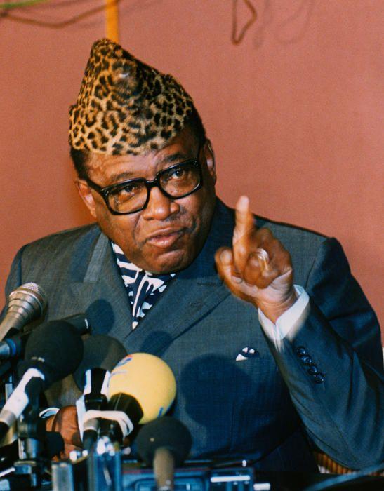 Mobutu Sese Seko - Zaire - 4.500 millones Pocos representan como Mobutu Sese Seko el triste destino del África postcolonial: llegó al poder tras un golpe de estado, lo ocupó durante casi tres décadas y aprovechó ese tiempo para amasar una gigantesca fortuna personal que en los años noventa se calculaba en unos 4.500 millones de euros, una cifra similar a la deuda externa de su país, que pasó a denominarse República Democrática del Congo tras su derrocamiento. En la imagen, en una conferencia de prensa en 1993 | Cordon Press