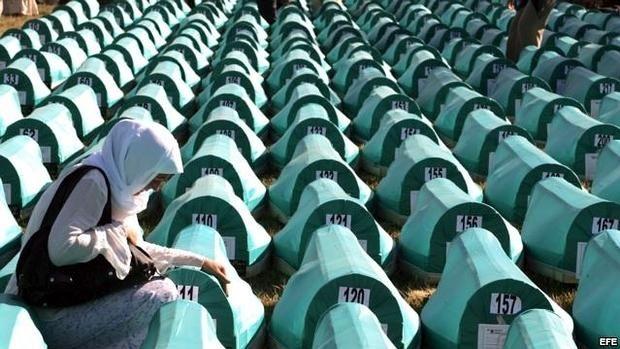 Una mujer llora sobre el ataud de un familiar asesinado en la matanza de Srebrenica., de la que se cumplieron 20 añños el pasado mes de julio - EFE