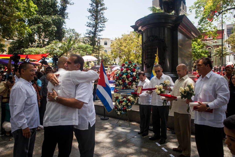 Los exagentes cubanos que estuvieron presos en EEUU René González (3i), Ramón Labañino (d), Fernando González (4d), Antonio Guerrero (3d) y Gerardo Hernández (2d), en Caracas (Efe).