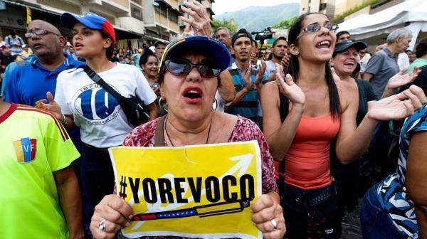 Miles de venezolanos apoyan el referéndum revocatorio (AFP)