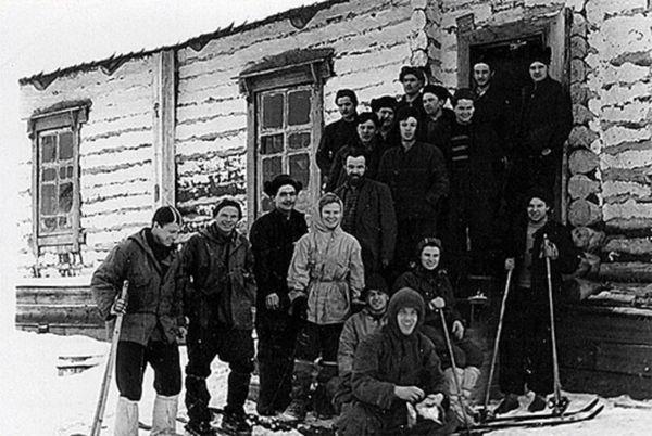 Antes de salir hacia su fatal destino, una foto con algunos pobladores de Vizhai